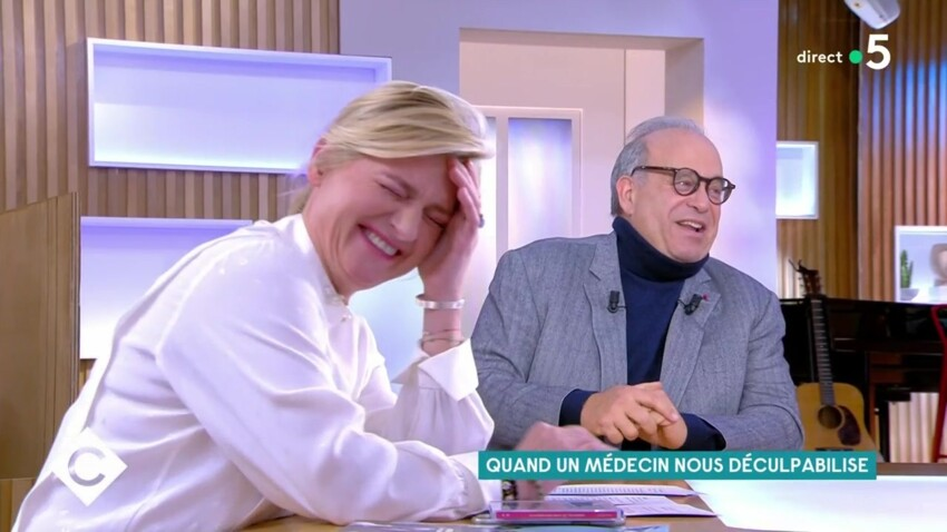 """Anne-Elisabeth Lemoine : son fou rire gêné en parlant de sexe dans """"C à vous"""""""