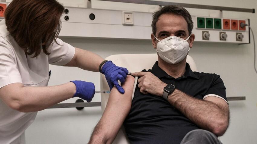 Chemise ouverte et torse musclé : la vaccination du Premier ministre grec fait le buzz