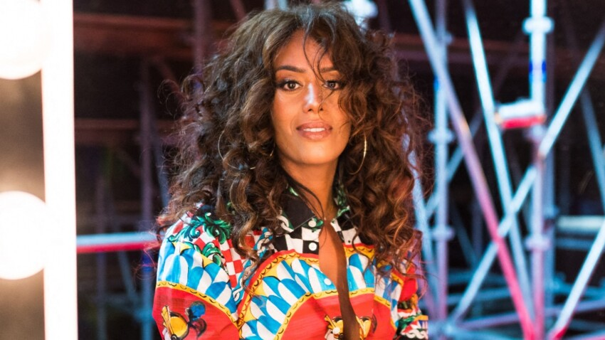 Amel Bent au top : jogging et baskets flashy, son look cool ultra-désirable