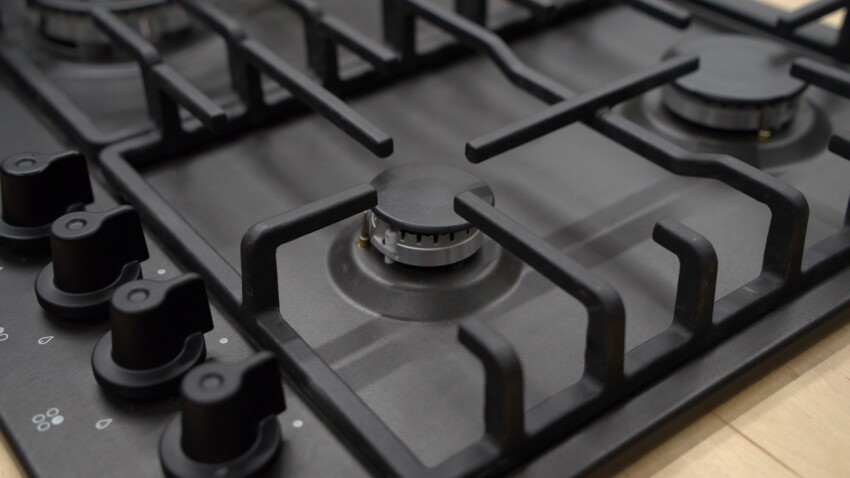 Gaz ou électrique : toutes les pannes possibles et nos conseils pour réparer une plaque de cuisson facilement