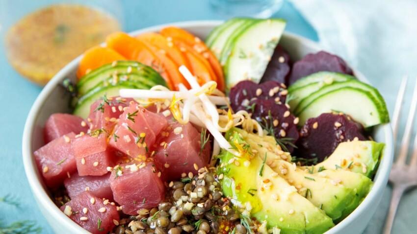 Poke bowl de lentilles vertes et thon mariné, avocat, carottes, betteraves