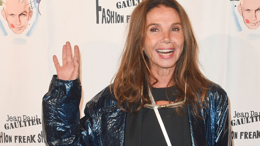 Victoria Abril : à 61 ans, elle ose un pantalon fendu jusqu'aux cuisses color block et oversize (plus tendance, y'a pas !)