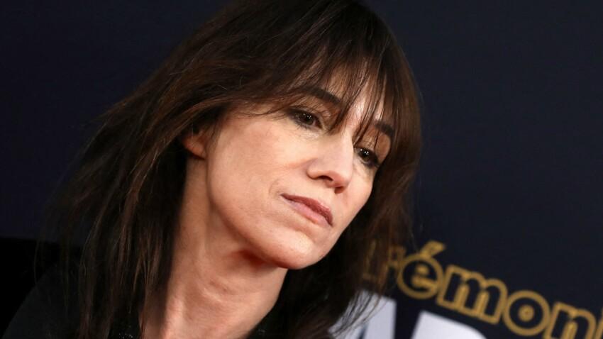 """Charlotte Gainsbourg se confie sur la mort de son père : """"C'est Yvan Attal qui m'a ramassée"""""""