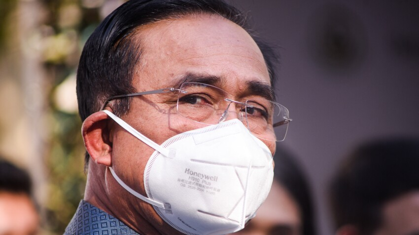 Agacé par des questions, le Premier ministre thaïlandais asperge des journalistes de gel hydroalcoolique