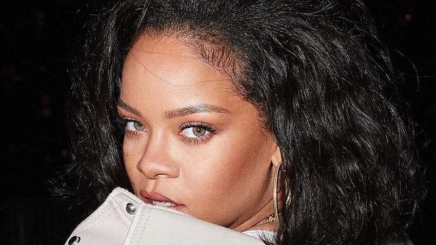 Rihanna ose un look aussi sexy qu'improbable en nuisette décolletée et bottes métallisées (oups !) - PHOTOS