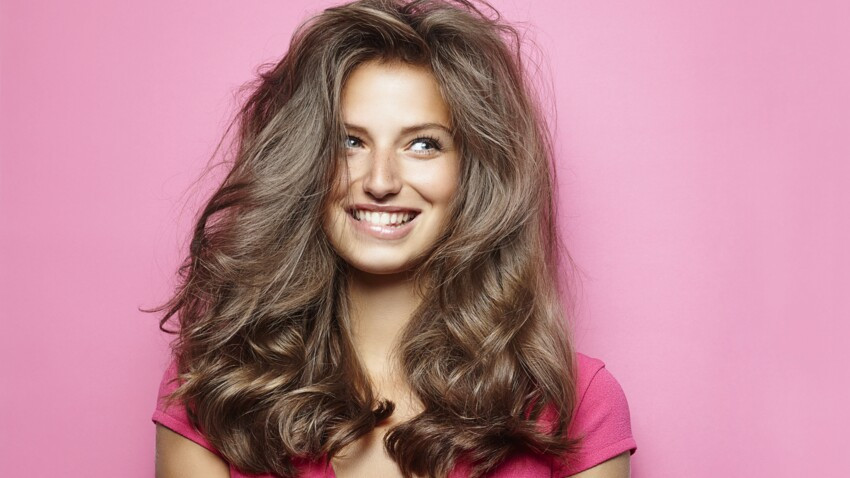 Cheveux : cette astuce tendance est très efficace pour les rendre instantanément plus volumineux