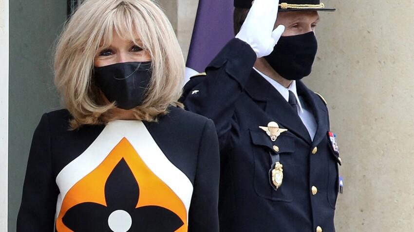 """PHOTOS - Brigitte Macron en robe Louis Vuitton à gros logo, ce look """"Mad Men"""" qui la change !"""