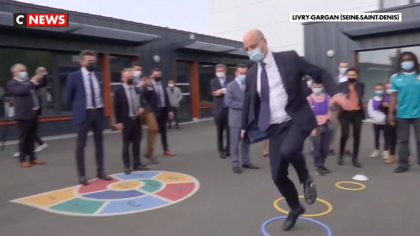 Jean-Michel Blanquer joue à la marelle et au Chifoumi dans une école : les images délirantes du ministre de l'Education