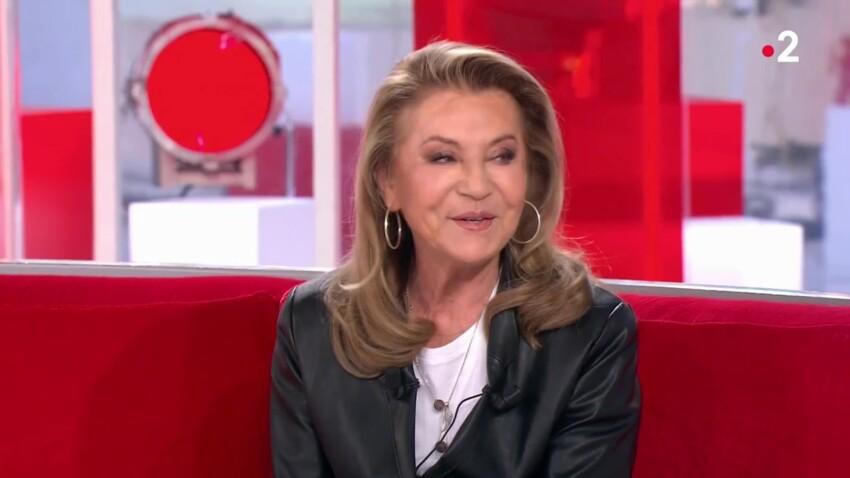 """""""Vivement dimanche"""" : Sheila touchée en plein cœur en découvrant une interview de sa mère"""