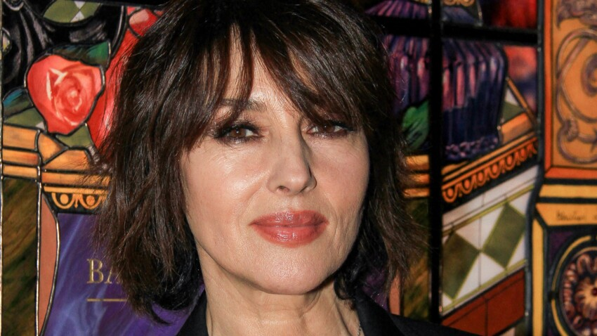 Monica Bellucci irrésistible : elle offre une vue plongeante sur son décolleté (oh la la !)