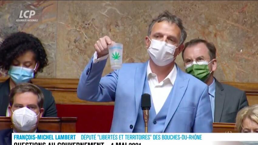 VIDEO - Un député brandit un joint à l'Assemblée nationale, Gérald Darmanin outré