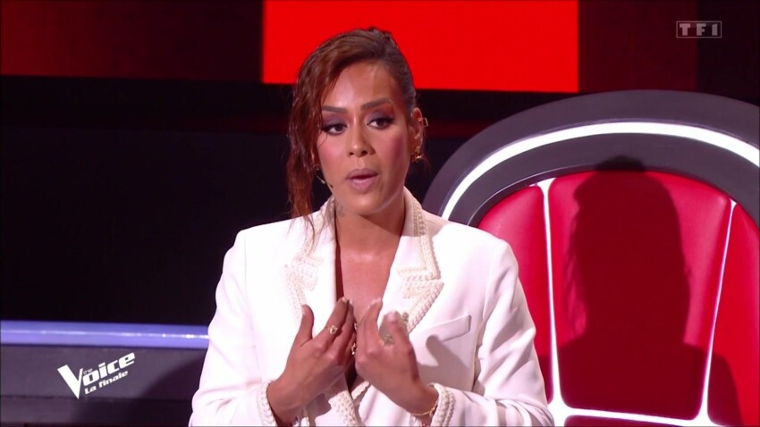 """""""The Voice"""" : Amel Bent, époustouflante en blanc, enchante les internautes pour la finale"""