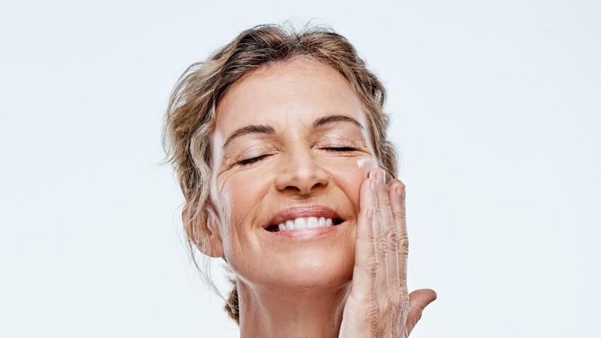 Peaux matures : faut-il faire un gommage du visage après 50 ans ?