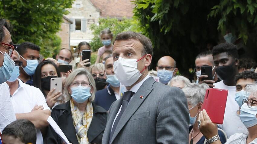 """Emmanuel Macron, """"ramassé"""" après avoir attrapé la Covid-19, raconte comment il a été contaminé"""
