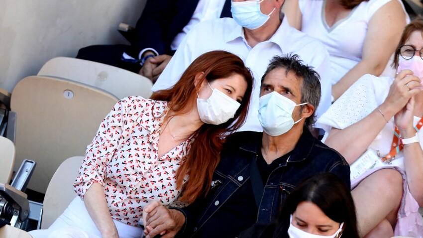 Julien Clerc et sa jeune femme Hélène amoureux et complices dans les tribunes de Roland-Garros