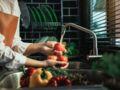 Comment se débarrasser des pesticides sur les fruits et légumes ? Les astuces de Michel Cymes