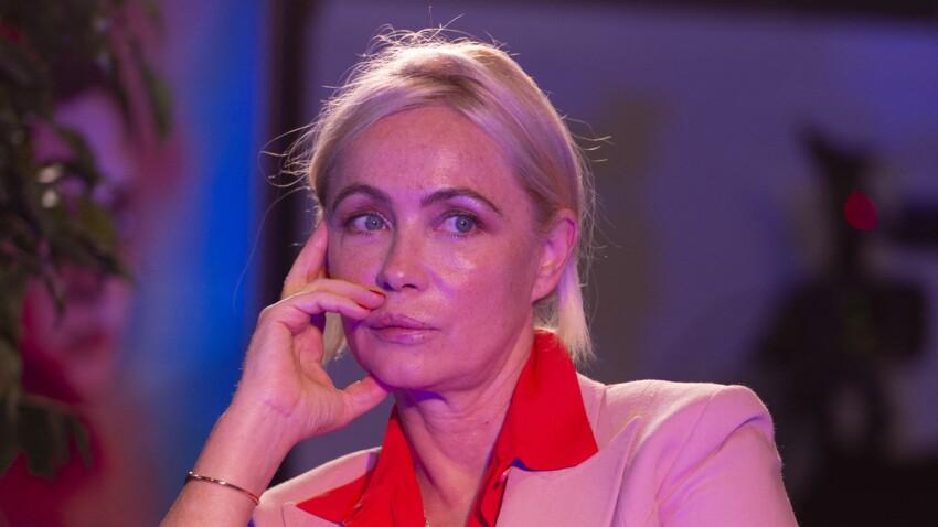 PHOTO - Emmanuelle Béart en costume rose sur tapis rouge : l'actrice renverse la Toile