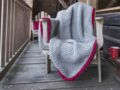 Comment tricoter un plaid au point de riz bordé de cordelette ?