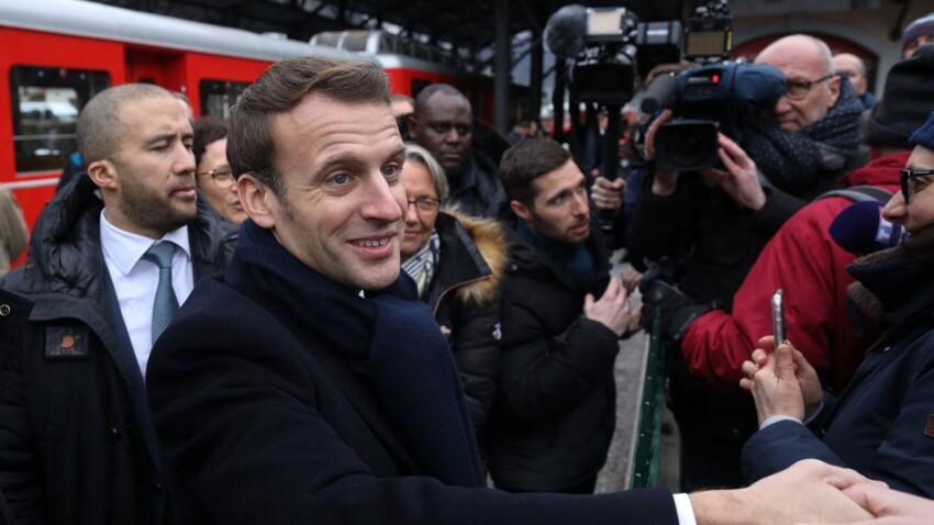 """""""L'effet groupie"""" : après son allocution, Emmanuel Macron a passé la soirée à enchaîner les selfies"""