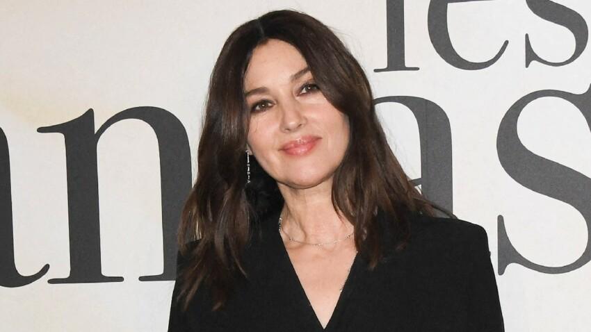 Monica Bellucci sublime : décolleté glamour et taille de guêpe dans un total look noir ultra-chic