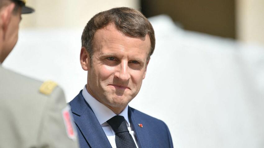 Emmanuel Macron, en direct de ses vacances, adresse un message en t-shirt décontracté - VIDÉO