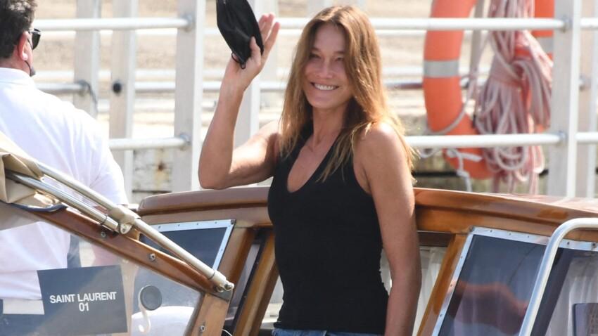 Carla Bruni ultra-sexy : elle pose seins nus sous un décolleté qui dévoile tout