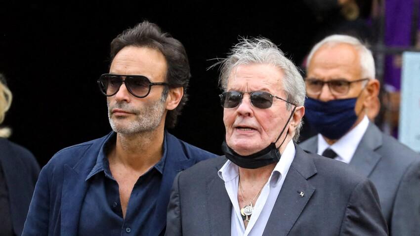 Obsèques de Jean-Paul Belmondo : Alain Delon effondré devant le cercueil de son ami