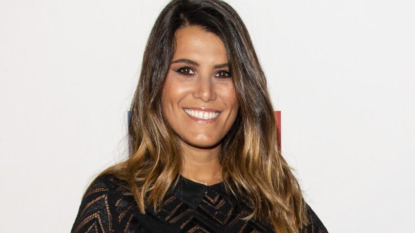 Karine Ferri canon en pantalon taille haute, blouse fluide et talons vertigineux