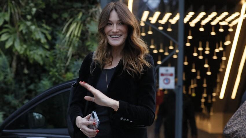 Carla Bruni canon en combi jean zippée : elle affiche taille de guêpe et jambes interminables