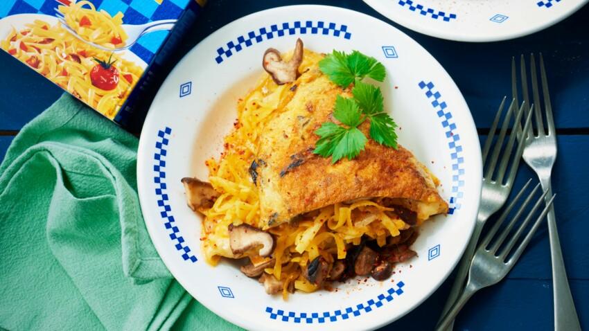Omelette au bleu, nouilles croustillantes et champignons