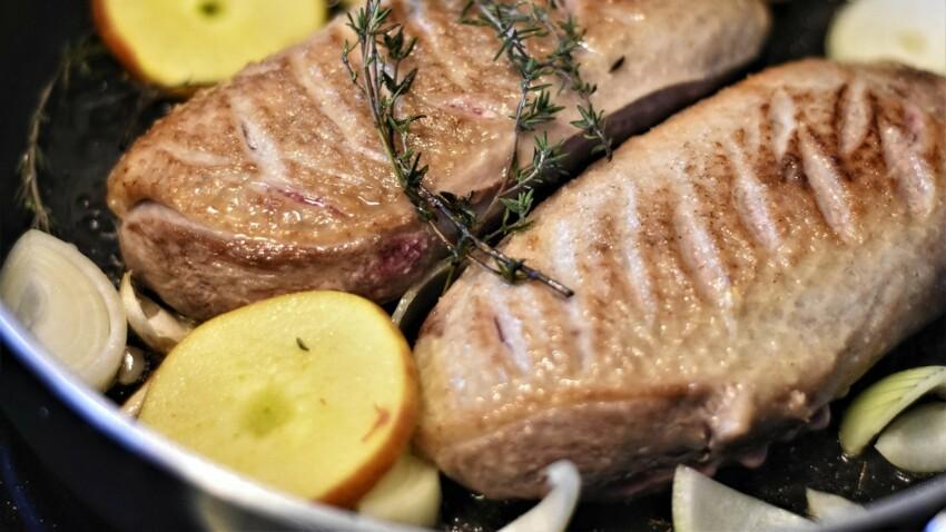 """""""Tous en cuisine"""" : la recette du magret de canard au poivre vert, gratin dauphinois de Cyril Lignac"""