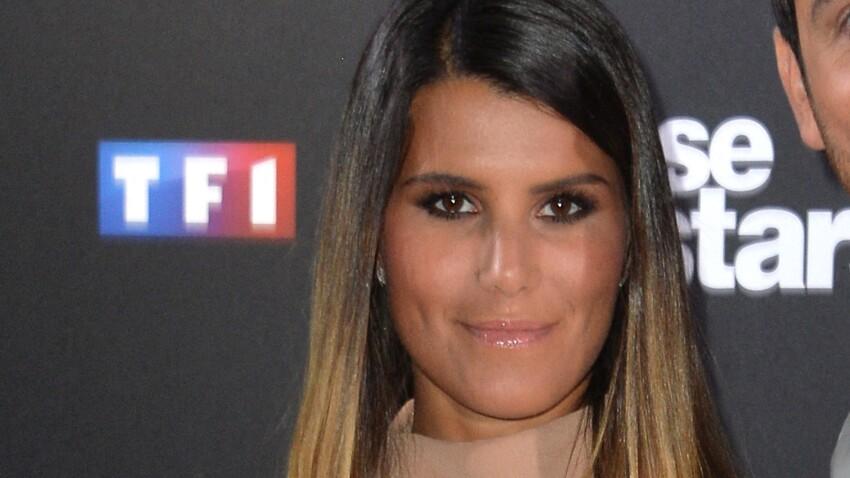 Karine Ferri craquante en petite robe noire avec volants et jeux de transparence