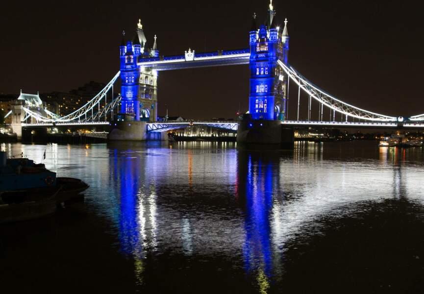 Le Tower Bridge illuminé tout en bleu à l'occasion de l'arrivée du petit prince de Kate et William