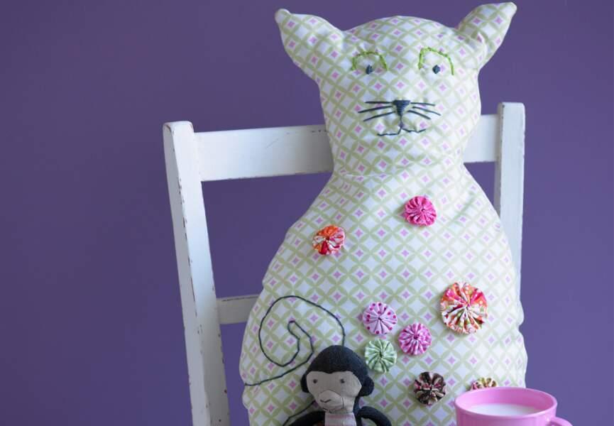 Un coussin chat à fleurs