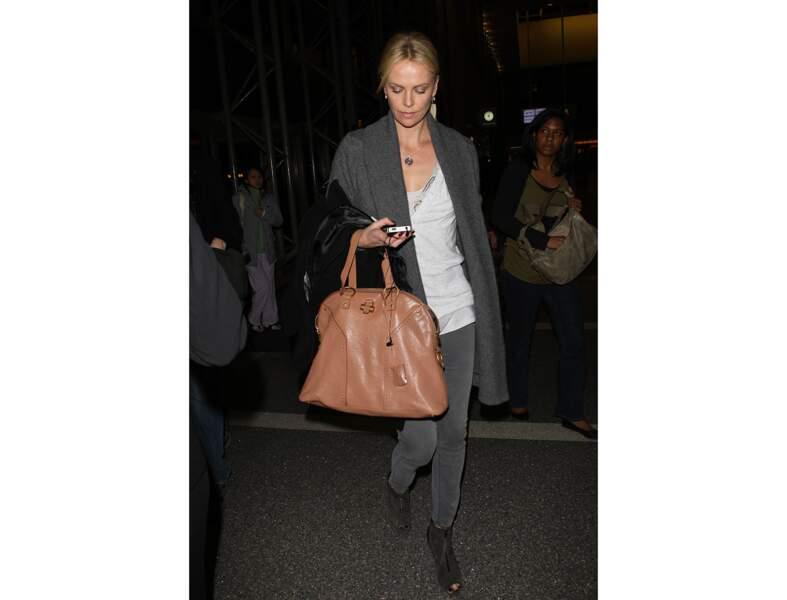 Charlize Theron : le sac en cuir nude