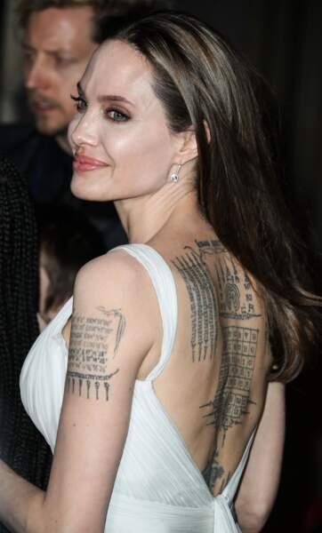 Angelina Jolie, de dos, porte une robe Atelier Versace à l'avant première mondiale du film Dumbo