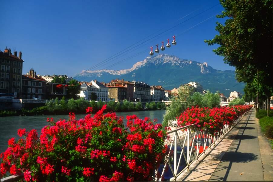 Grenoble compte 320 km de piste cyclables, ce qui en fait un des réseaux les plus denses de France