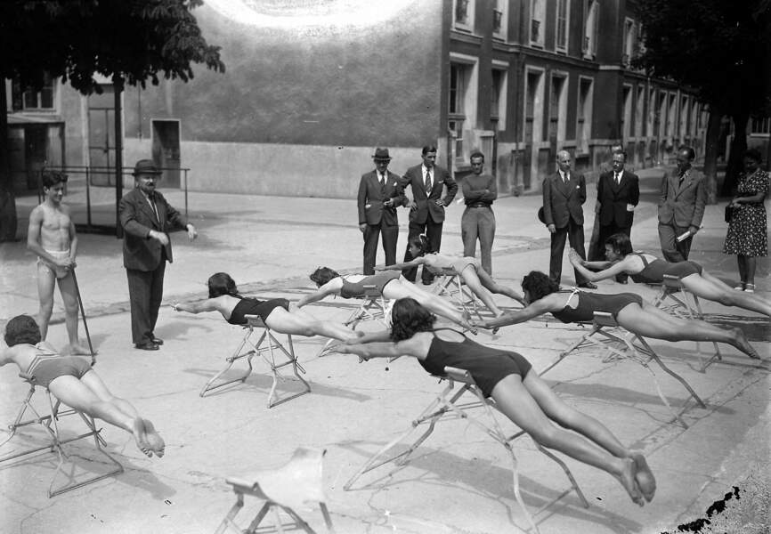 Leçon de natation : la brasse, 1942.