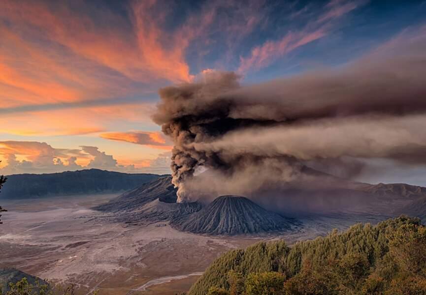 Eruption du mont Bromo au lever du soleil, Java, Indonésie