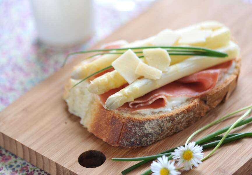 Tartines de jambon cru, asperges et fromage blanc