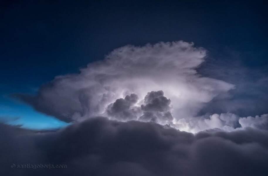 Les nuages s'éclairent quelque part au-dessus de l'Équateur