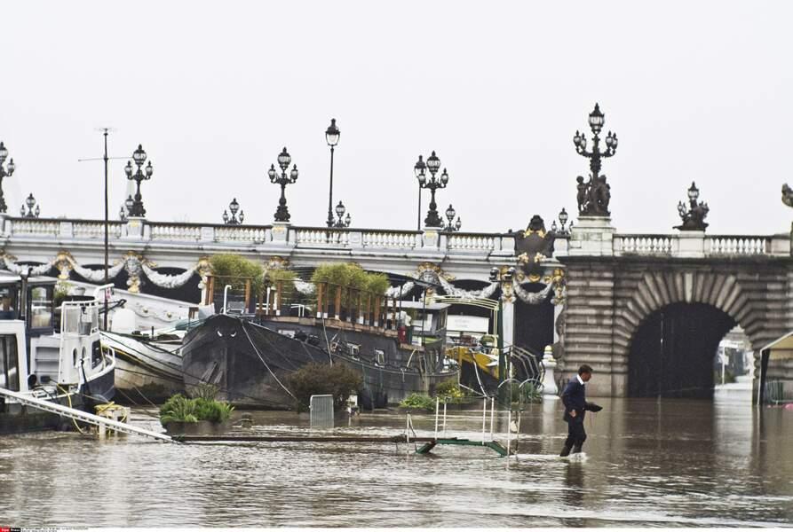 Difficile de garder les pieds au sec quand on vit sur une péniche à Paris...