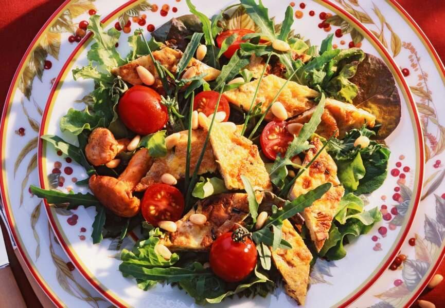 Salade tiède à l'omelette de girolles