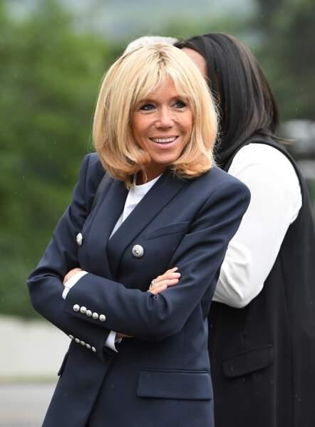 Brigitte Macron en blazer marine