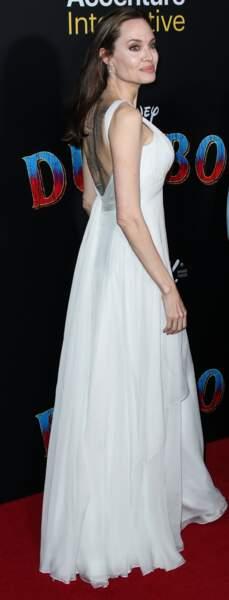 Angelina Jolie dévoile ses tatouages avec une robe dos-nu