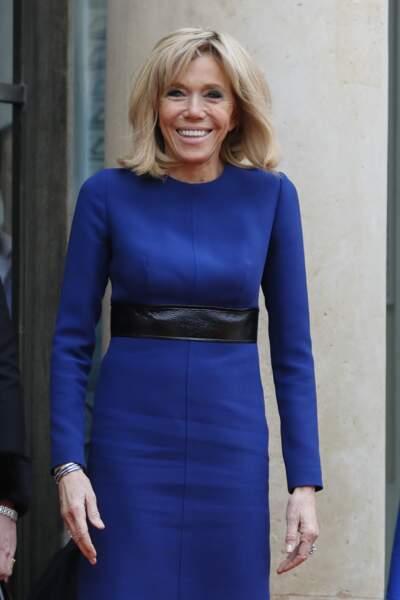 Brigitte Macron en robe bleu roi