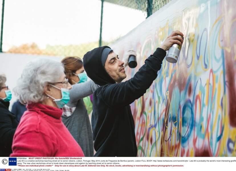 Un artiste de rue, Adriao Resende, aide aussi les volontaires à libérer leur créativité