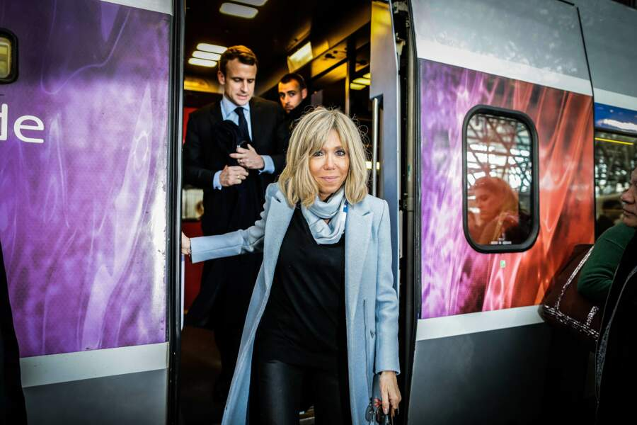 Brigitte Macron en manteau bleu