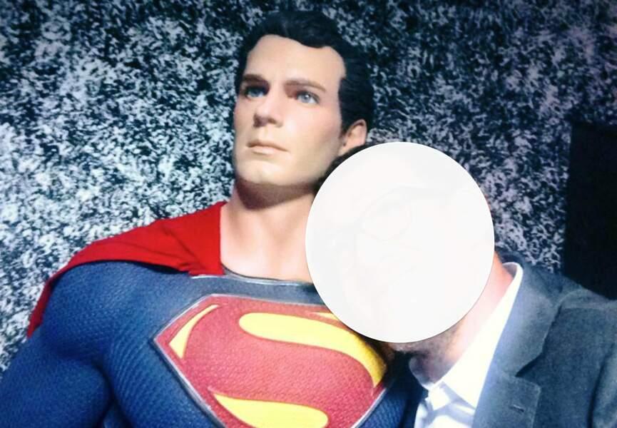 Qui pose avec Superman en faisant le grimace ?