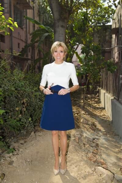 Brigitte Macron en robe bicolore bleue et blanche